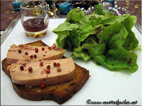 Foie gras sur pain d 39 pices aux figues et aux noix for Entree gastronomique facile